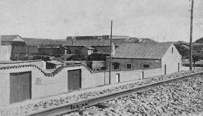 La primera y segunda puerta son de la huerta del convento de Capuchinos de Calzada. Al pie se ven los raíles del ferrocarril de Valdepeñas a Puertollano.