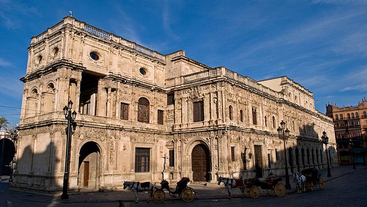 Sede del Ayuntamiento de Sevilla en el casco viejo de la ciudad. Fachada plateresca del siglo XVI a la Plaza de San Francisco (Fuente: Maps Google)