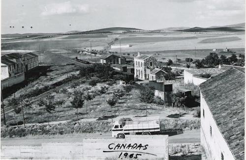 Vista de la estación de ferrocarril de Calzada de Calatrava. Foto de Cañadas (1965).