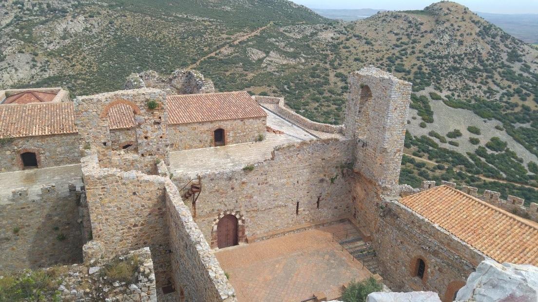 Claustro del Sacro Convento de Calatrava la Nueva, donde se puede observar la puerta que lo comunicaba con la Iglesia.