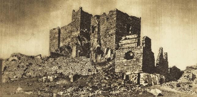 Vista general del Sacro Convento y Castillo de Calatrava la Nueva, el más famoso edificio manchego de este género. Enciclopedia gráfica La Mancha y el Quijote, 1930.
