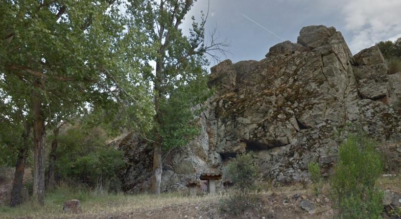 Pareja de la Hoz. Al fondo, roca de donde mana el agua de la fuente agria.