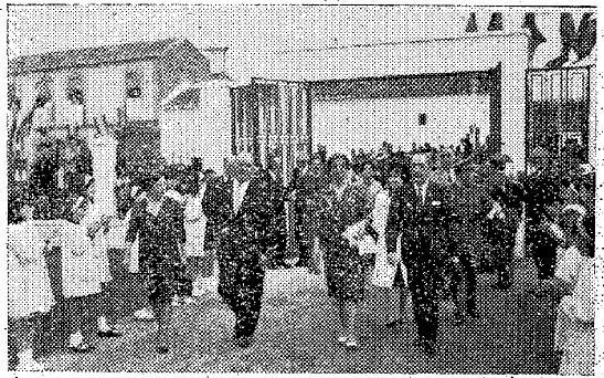 Recibimiento a Carmen Polo de Franco por el Sr. Rico de Sanz y la multitud (foto de Cañadas).