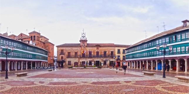Plaza Mayor de Almagro. Al fondo, el ayuntamiento.
