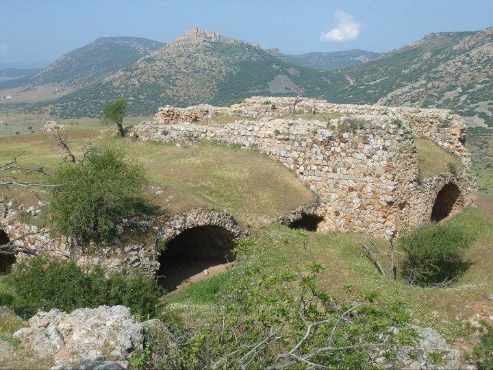 En primer plano el Castillo de Salvatierra y al fondo el Sacro Convento de Calatrava la Nueva.