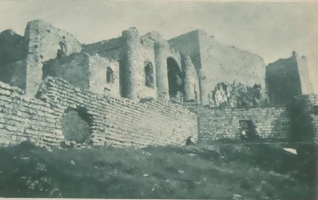 Dominando las gloriosas tierras manchegas, se alzó lo imponente y majestuoso mole del castillo, como símbolo de un pasado histórico.