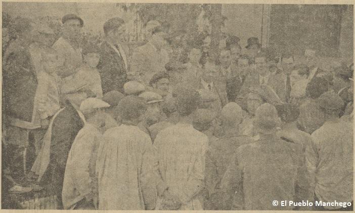 El director del IRA, Andrés Vázquez, dirigiendo unas palabras a los asentados.