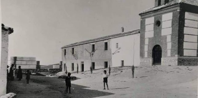 La ermita de la Trinidad y el anexo que sirvió de colegio. Foto de Adela Palomina, cuando se construyó la cooperativa de Ntra. Sra. de los Remedios.