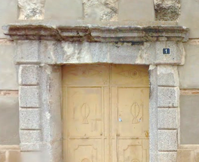 Un hijo de Hernando Díaz puso sobre la puerta de su casa a su contemplación de lo dicho un escudo de piedra con la mano señalada y una bandera en ella.