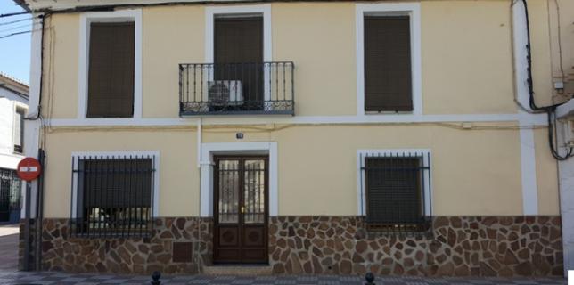 Fachada actual de la casa donde estaba colocada la placa en memoria del asesinato de Rafael Real de León.
