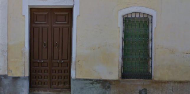 Fachada de la casa donde vivió Rafael Real de León, en la actual calle Empedrada.