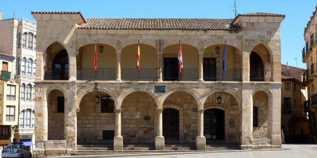 Fachada porticada del Ayuntamiento viejo en el sur de la Plaza.