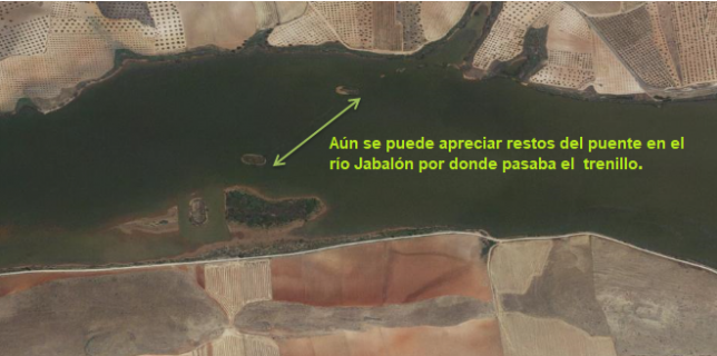 Mapa del Instituto Geográfico Nacional donde se puede observar, aún, restos del puente en el río Jabalón por el que pasaba el trenillo y que fue afectado por las lluvias de 1895.