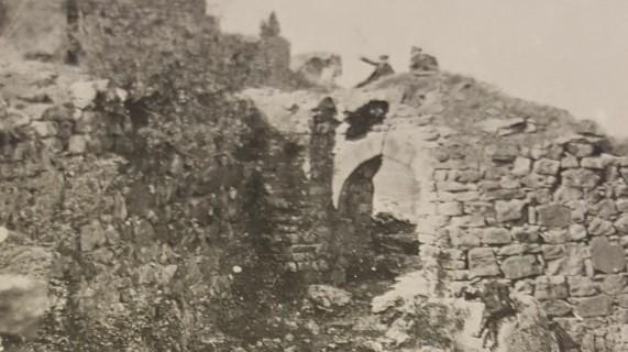 Puerta de Hierro del Castillo y Torreón de la Campana de la Vela. Foto de los años 20 del siglo pasado.